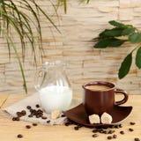 Una taza de café con crema y crema del jarro Fotos de archivo libres de regalías