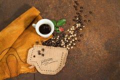 Una taza de café con el brote rojo en textura oxidada Imagen de archivo libre de regalías