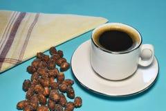 Una taza de café con el cacahuete Foto de archivo libre de regalías