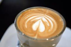 Una taza de café con el modelo del corazón en una taza blanca Fotos de archivo libres de regalías