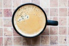 Una taza de café con espuma del café Imagen de archivo