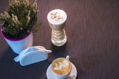 Una taza de café con una imagen en un café Imagen de archivo