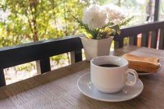 Una taza de café con las tostadas en la tabla, desayuno Imágenes de archivo libres de regalías