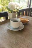 Una taza de café con las tostadas en la tabla, desayuno Foto de archivo