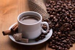 Una taza de café con los granos de café Imagen de archivo libre de regalías