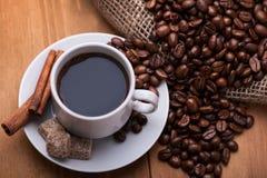 Una taza de café con los granos de café Foto de archivo libre de regalías