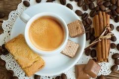Una taza de café con los granos de café Foto de archivo