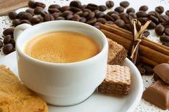 Una taza de café con los granos de café Imagen de archivo