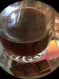 Una taza de café con una porción simple del chocolate fotografía de archivo libre de regalías