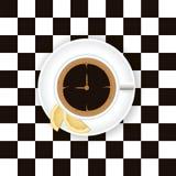 Una taza de café con un limón en un platillo en ches Foto de archivo libre de regalías