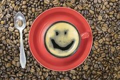 Una taza de café con un modelo en la espuma imágenes de archivo libres de regalías