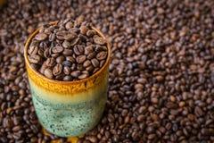 Una taza de café de granos de café Imágenes de archivo libres de regalías