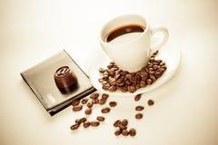Una taza de café, de semillas, de caramelo y de tarjetas Foto de archivo libre de regalías