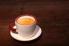 Una taza de café del café express en un fondo de madera oscuro Imagen de archivo libre de regalías