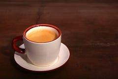 Una taza de café del café express en un fondo de madera oscuro imágenes de archivo libres de regalías