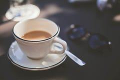 Una taza de café elegante foto de archivo libre de regalías