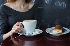 Una taza de café en café Fotos de archivo