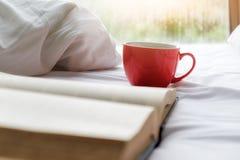 Una taza de café en cama con el espacio de la copia Fotos de archivo