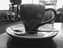 Una taza de café en el restaurante, en la tabla imagen de archivo