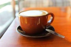 Una taza de café en el tabel Foto de archivo libre de regalías
