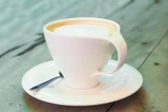 Una taza de café en fondo de madera imagen de archivo libre de regalías