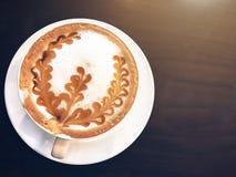 Una taza de café en fondo de madera Imagenes de archivo