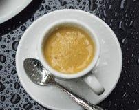 Una taza de café en la lluvia Imágenes de archivo libres de regalías