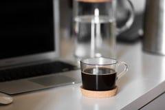 Una taza de café en la mesa imagenes de archivo