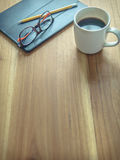 Una taza de café en la tabla de madera Espacio de trabajo simple en casa foto de archivo