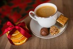Una taza de café en la tabla festiva de la Navidad imágenes de archivo libres de regalías