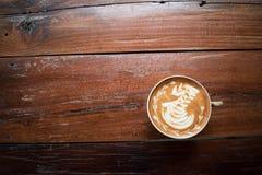 Una taza de caf? en la tabla de madera vieja cafeter?a, Tailandia fotografía de archivo