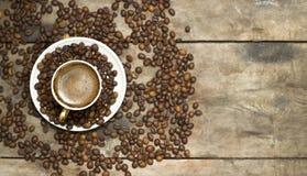 Una taza de café en una tabla de madera Fotografía de archivo libre de regalías