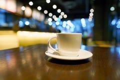 Una taza de café en una tabla en Starbucks fotografía de archivo