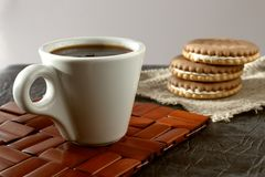 Una taza de café fragante de la mañana que vigoriza fotografía de archivo