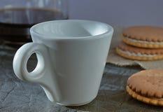 Una taza de café fragante de la mañana que vigoriza foto de archivo