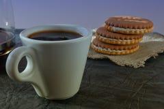 Una taza de café fragante de la mañana que vigoriza imagen de archivo libre de regalías