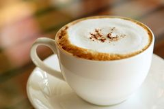 Una taza de café popular, cappucino Imagen de archivo libre de regalías