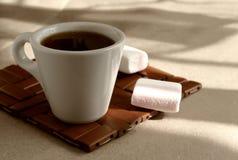 Una taza de café que vigoriza aromático de la mañana en un soporte de madera de mimbre imagenes de archivo