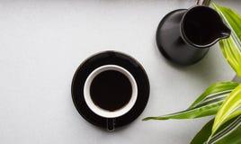 Una taza de café sólo, de Turka y de planta verde Fotografía de archivo libre de regalías