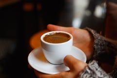 Una taza de café turco caliente foto de archivo