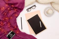 Una taza de café, de un pequeño tablero de madera negro y de una tiza blanca con metas de los Años Nuevos Luces de la bufanda y d Imagenes de archivo