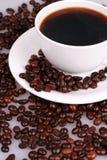 Una taza de café y de granos de café Fotografía de archivo