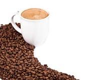 Una taza de café y de granos de café asados Fotos de archivo