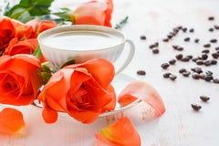 Una taza de café y de rosas Imágenes de archivo libres de regalías