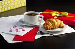 Una taza de café y de un cruasán Imagen de archivo libre de regalías