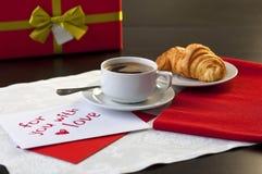 Una taza de café y de un cruasán Imágenes de archivo libres de regalías