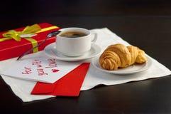 Una taza de café y de un cruasán Imagenes de archivo
