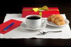 Una taza de café y de un cruasán Fotos de archivo