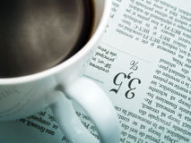 Una taza de café y de un periódico Imagen de archivo