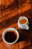 Una taza de café y de un pote de la abeja de la miel Foto de archivo